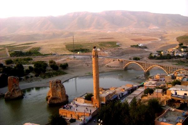 Hasankeyf, mosty na Tygrysie: nowy, na którym Yahya ledwie kiwnął palcem, i szczątki starego