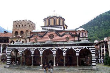 Rylski Monastyr w górach Riła. Powstał w XIV w., ale współczesny wygląd to efekt przebudowy w XIX w. Najbardziej znany zabytek Bułgarii, znajduję się na liście UNESCO. Jest to obiekt religii prawosławnej, jednak wyraźnie widać pewien orientalny charakter tej budowli. Wewnątrz bogate, barwne malowidła naścienne.