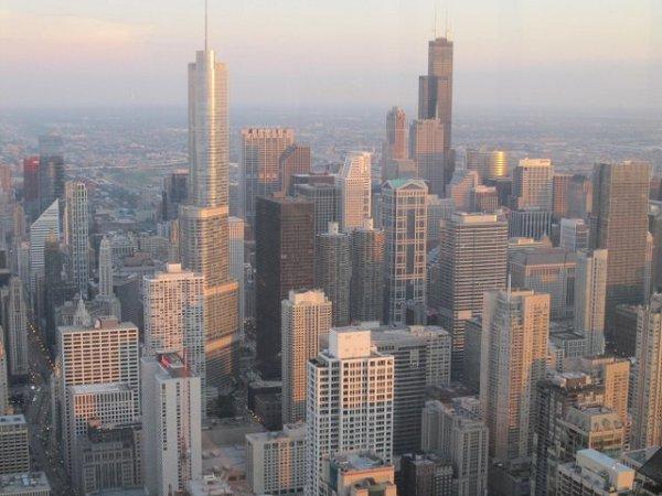 """Chicago - Wietrzne Miasto, położone nad jeziorem Michigan. To tutaj skupiła się największa Polonia na świecie. Niezwykle przyjazne turystom, o ciekawej i niebanalnej architekturze, z największym wieżowcem w Stanach Zjednoczonych. A także ze swoją kuchnią i interesującym festiwalem """"Taste of Chicago""""."""