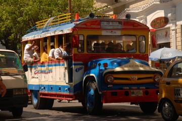 W niektórych miastach miejskie autobusy mają nieco weselszy wygląd. Santa Marta.