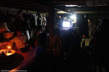 Wieczór w Ban Pun - nasi gospodarze mieli telewizor, a prąd przewodzą kilometry kabli z wodospadu.