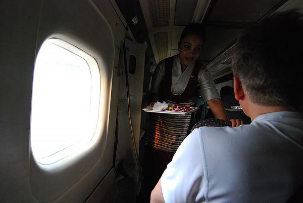 """Stewardessa rozdaje watę """"z metra"""" do uszu i cukierki"""