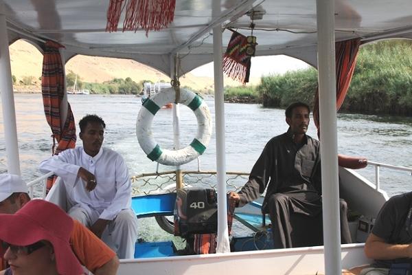Sterujący łodzią płynącą z Asuanu do wioski nubijskiej