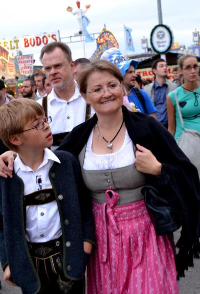 Barwnie ubrani goście na Oktoberfest