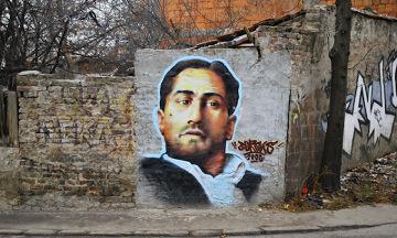 """Na ulicach Belgradu widać inspirację zagranicznym kinem. Młody Robert De Niro wprost z """"Ojca Chrzestnego"""" przeniósł się na serbską ulicę."""