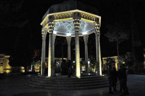 Grobowiec Hafeza w Sziraz najchętniej odwiedzany jest po zmroku