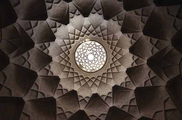 Sztuka i architektura Iranu to w dużej mierze misternie składane mozaiki tworzące nieprawdopodobne struktury. W ten sposób budowane są nie tylko meczety i pałace ale także bazary. Sklepienie bazaru w Jazdzie nie przyciąga tłumu turystów tylko dlatego, że podobne widoki można zobaczyć w każdym innym Irańskim mieście.