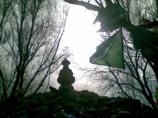 Błękitny materiał powiewa nad kopcem
