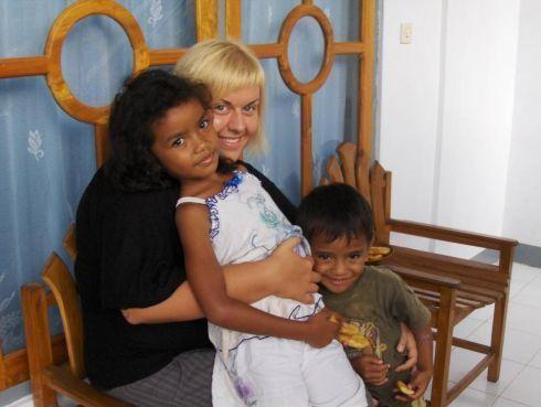 Dzieciaki z wioski Moni położonej u podnóża wulkanu Kelimutu