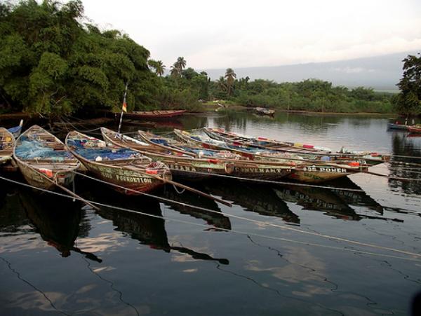 Łodzie rybackie w Idenau, Kamerun