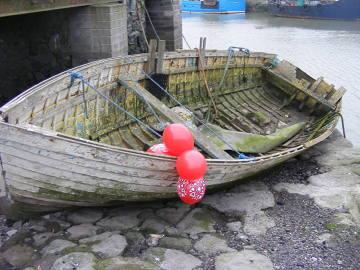 Święta po irlandzku z przymrużeniem oka. Walentynkowa łódka w porcie w Balbriggan.Zdjęcie zrobione podczas samotnego spaceru.