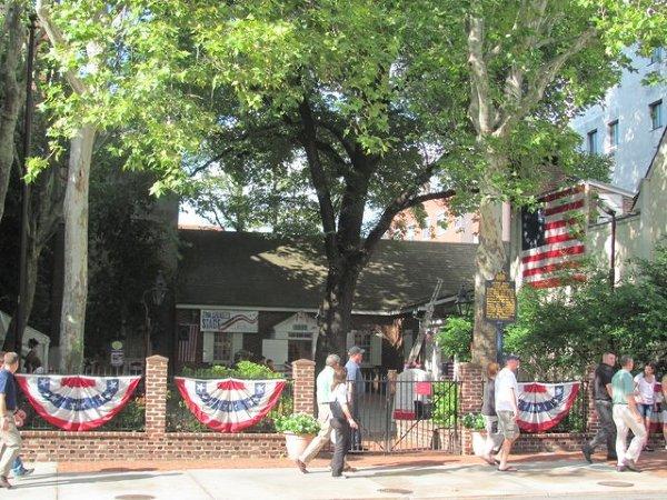 Filadelfia - o jej ulicach śpiewał Bruce Springsteen. Na jednej z nich mieści się dom, w którym żyła kobieta, która podobno zaprojektowała flagę USA. Nie jest to całkiem zgodne z prawdą, ale legenda pozostaje żywa.