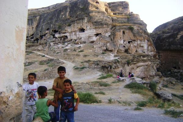 Do niedostępnych dla zwiedzających fragmentów Hasankeyf z chęcią zaprowadzą nas  widoczni na zdjęciu lokalni przewodnicy. Oczywiście za drobną opłatą.