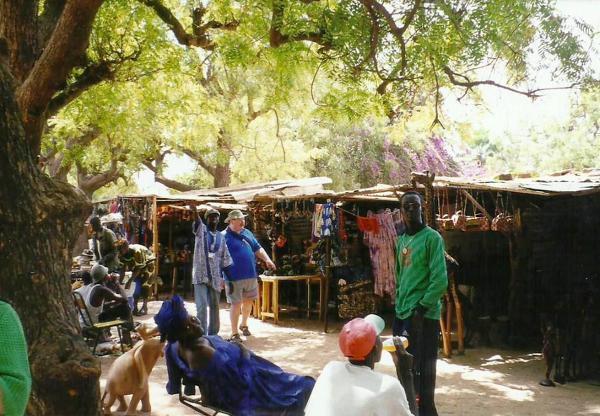 Autor fotorelacji w trakcie prób nawiązywania kontaktu z Gambijczykami. Co ważne, w Gambii jako byłej kolonii brytyjskiej bez problemu można porozumieć się w języku angielskim