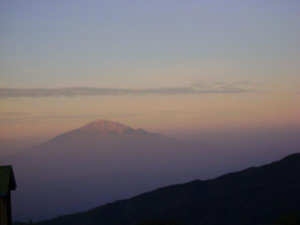 Świt na Kilimandżaro (obóz Shira): Góra Meru skąpana w porannej mgle