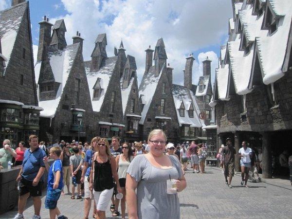 Jesteśmy na Florydzie... +35'C i śnieg na dachach? To Hogsmeade, część parku rozrywki, stylizowana na miejsca znane z książek o Harrym Potterze. Położone obok Universal Studios, przeniosą nas w świat fantazji i zabaw jak z dzieciństwa.