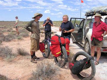 Jakub Postrzygacz na trasie – tutaj z niemiecki turystami spotkanymi niedaleko Lake Disappointment