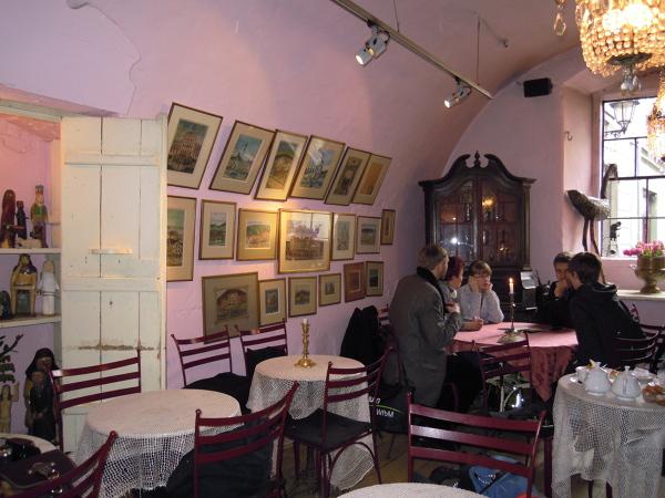 W kawiarni Camelot wszystkie stoliki są okrągłe