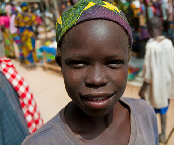 Sprzedawca uśmiechów i lepszego samopoczucia na jednej z ulic Douala. Jak widać młodzieniec nie troszczy się zbytnio o dobra w tymżyciu i na tej Ziemi bo gdyby tak było to z pewnością nie byłobymu tak wesoło. Przypominam, że cały czas znajdujemy się w Afryce.