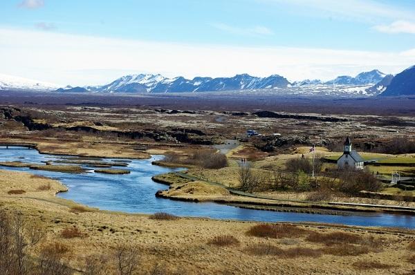 Rzeki z ośnieżonymi szczytami w tle – spektakularne krajobrazy Islandii