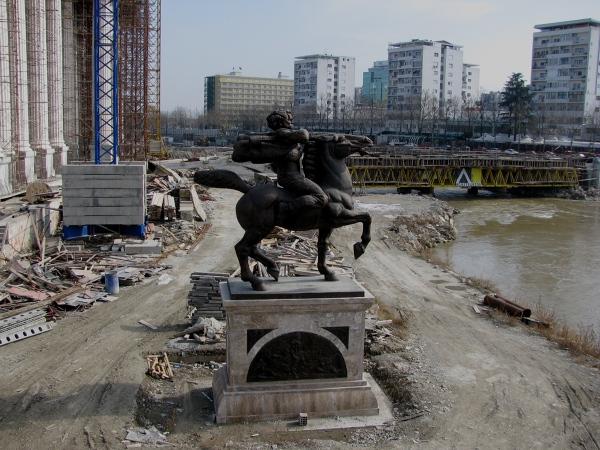 Skopje znane jest z rzeźb, posągów i pomników, głównie Aleksandra Macedońskiego z członkami jego rodziny, Matki Teresy i innych bohaterów narodowych, ale również zwykłych ludzi i zwierząt. Wszędzie widać postęp i rozbudowę - place budowy, rusztowania i żurawie - jakby całe miasto przechodziło remont generalny.