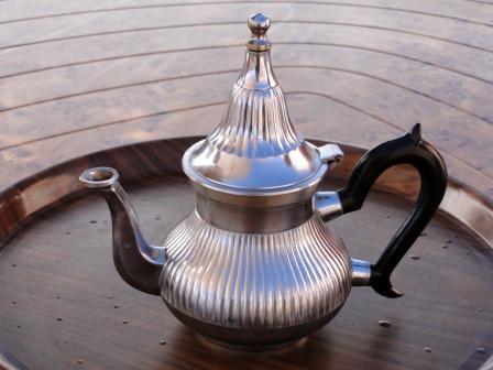Marokański czajniczek, z którego płynie wyśmienita herbata z miętą lub szafranem.