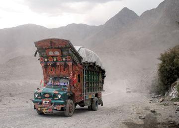 Kolorowe ciężarówki na Karakorum Highway