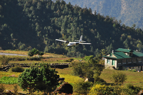 Samolot podchodzący do lądowania w Lukli