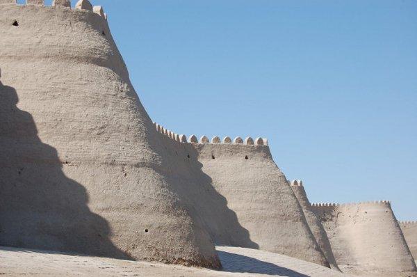 Mury miejskie otaczające stare miasto Chiwy