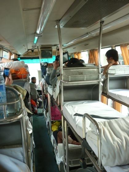 wnętrze chińskiego autobusu sypialnego