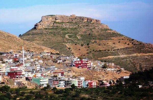 """Mardin - wykoszony na wzgórzu kształt półksiężyca i gwiazdy - elementy flagi tureckiej oraz napis """"Ne mutlu Türküm diyene"""""""