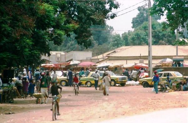 Bazar w Bakau. To spore miasto położone nad Oceanem Atlantyckim. Kurort pełną gębą