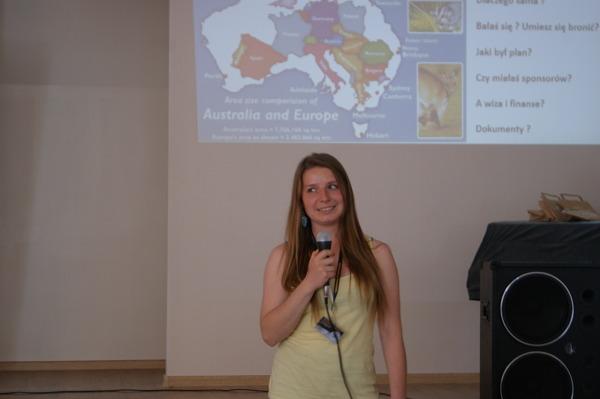 Basia Bordych w trakcie swojej prezentacji  autostopowej wyprawy po Australii