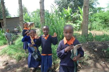 Dzieci chodzące do szkoły w Arushy