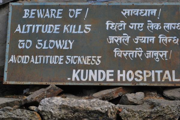Tablica ostrzegająca przed chorobą wysokościową, rejon Khumbu