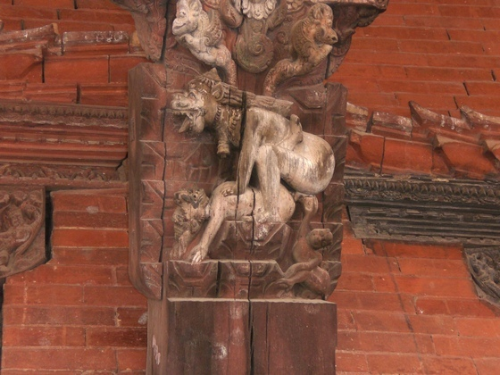 Seks we wszystkich formach i kształtach zawsze był częścią kultury Nepalu. Rzeźba zdobiąca świątynię Shivy, boga równie potężnego, co strasznego. ( http://www.flickr.com/photos/kanjiroushi/346840421/ )