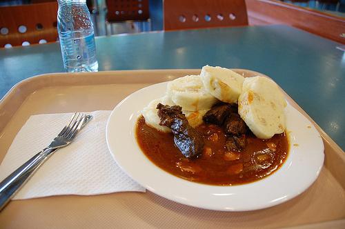 Podano do stołu: knedliki w gulaszu wołowym