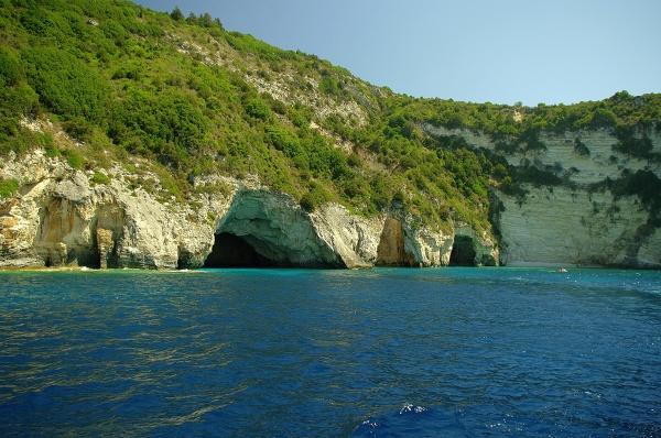 Jaskinie na Paxos – widok z dalszej perspektywy z promu w drodze doportu w Gaios