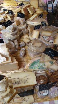 Który najlepiej smakuje polany miodem i schrupany ze świeżą bagietką?Na targu w Aix en Provence, Francja.