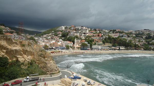 Morze, góry i meczet - to musi być Ulcinj.