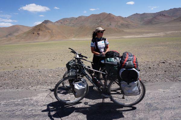 Trzy kobiety na rowerach i jedna, wielka Azja