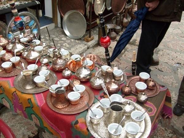 Sarajewo, uliczny bazar, tradycjonalne dżezwy do parzenia kawy
