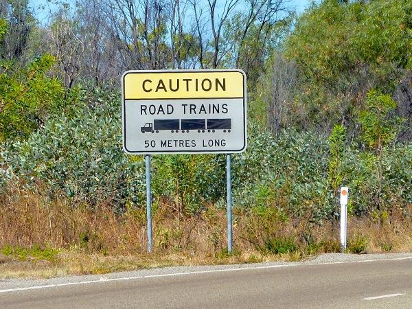 o tym, że daną drogą mogą poruszać się te olbrzymy informują znaki i radzą, żeby używać ogólnie dostępnego kanału nr 40, żeby się upewnić, kiedy road train będzie nas mijał (lepiej, żeby nie na wąskim mostku, oczywiście)