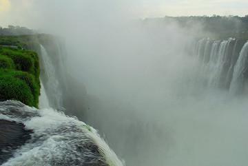 Wodospady Iguazu na granicy Argentyny i Brazylii