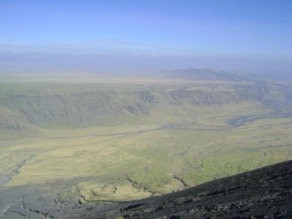 Porośnięty stepem rów widziany z Lengai.